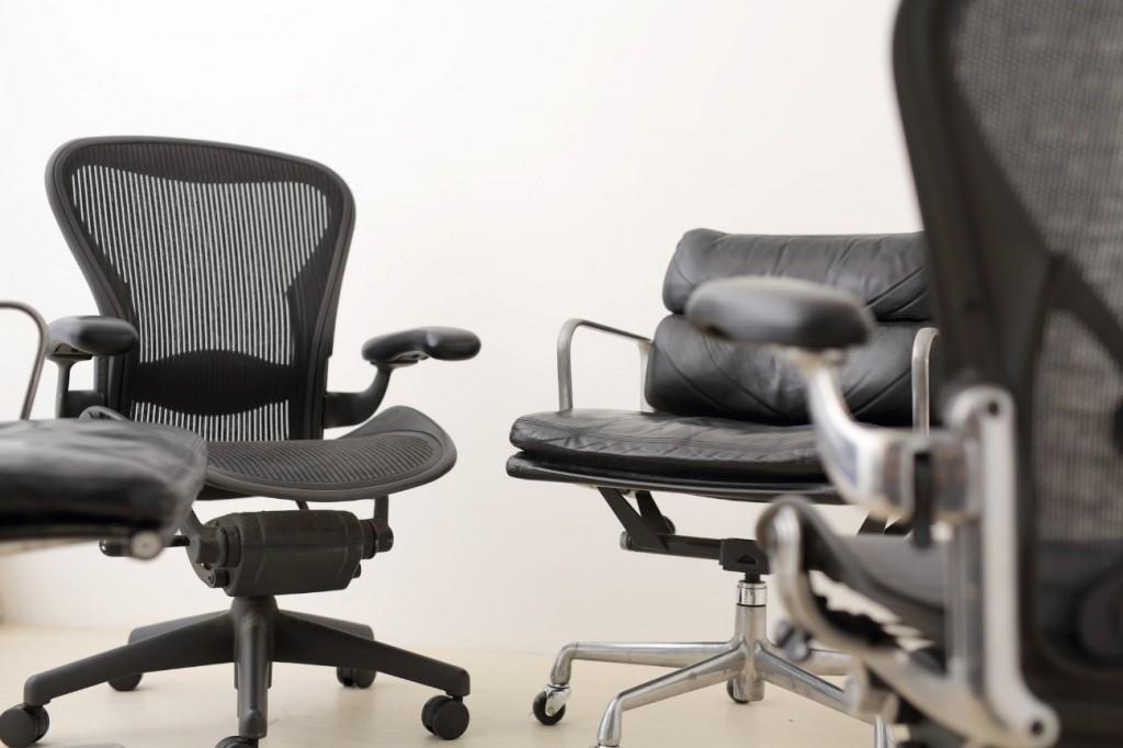 オフィスチェアの肘掛の必要性とは