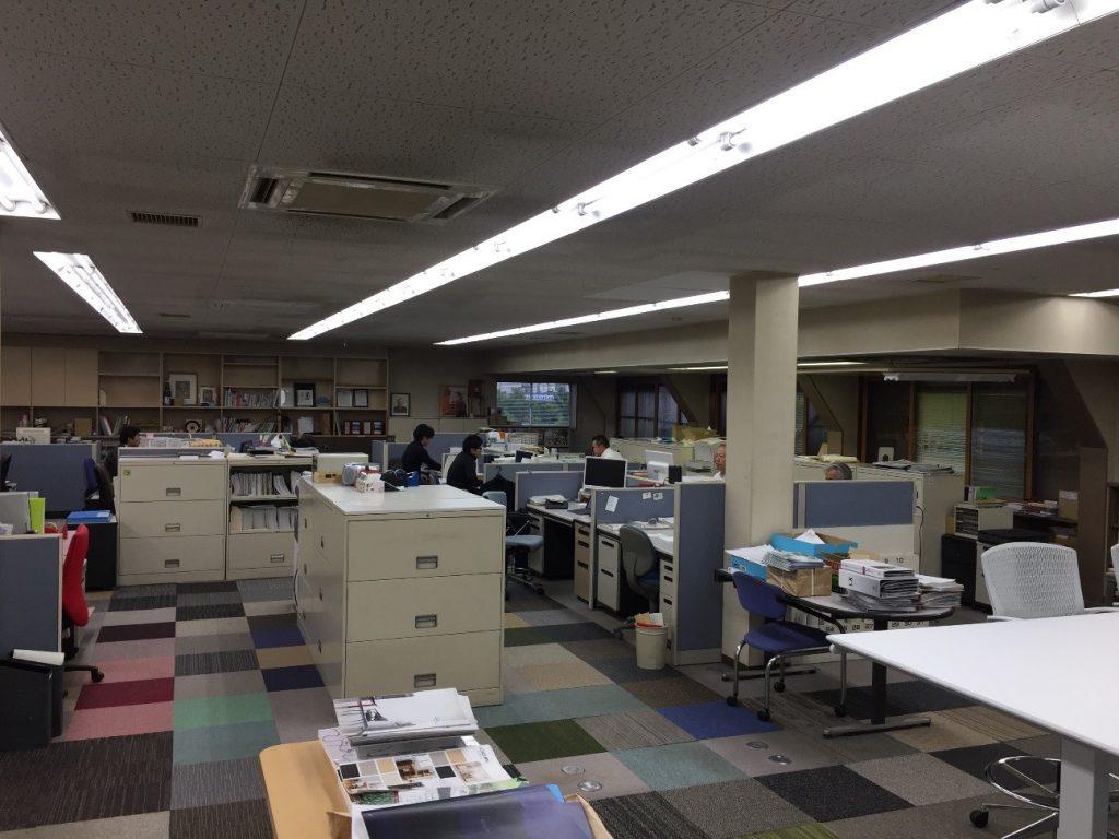 業務効率アップやコミュニケーション活性化など、目的別オフィスの机の配置方法